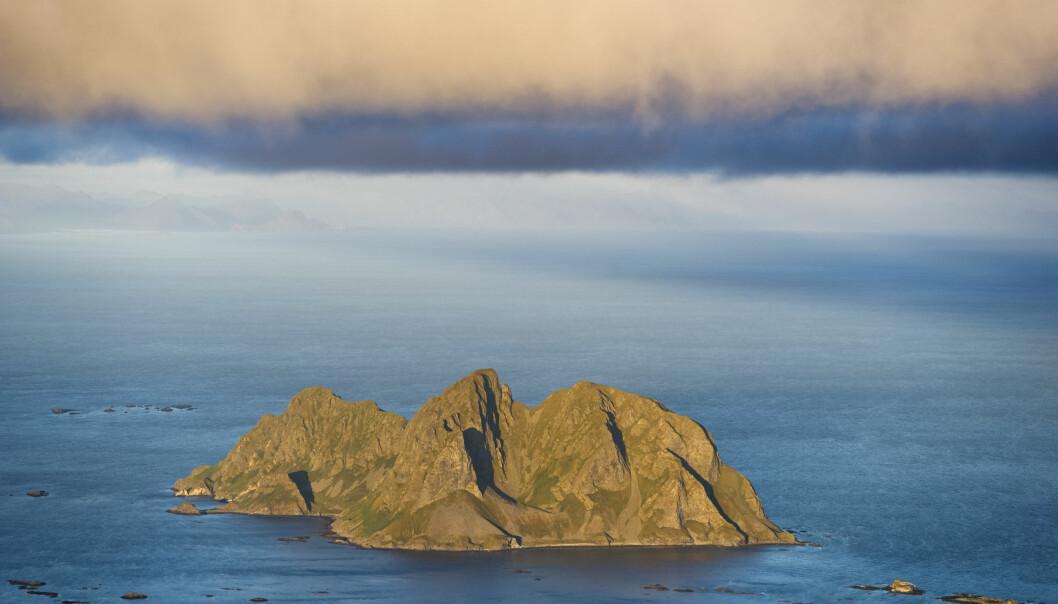 Mosken er ei ubebodd øy i Værøy kommune. Hercules-flyet klarte så vidt å komme seg over den nordlige fjelltoppen på øya (til venstre på bildet).