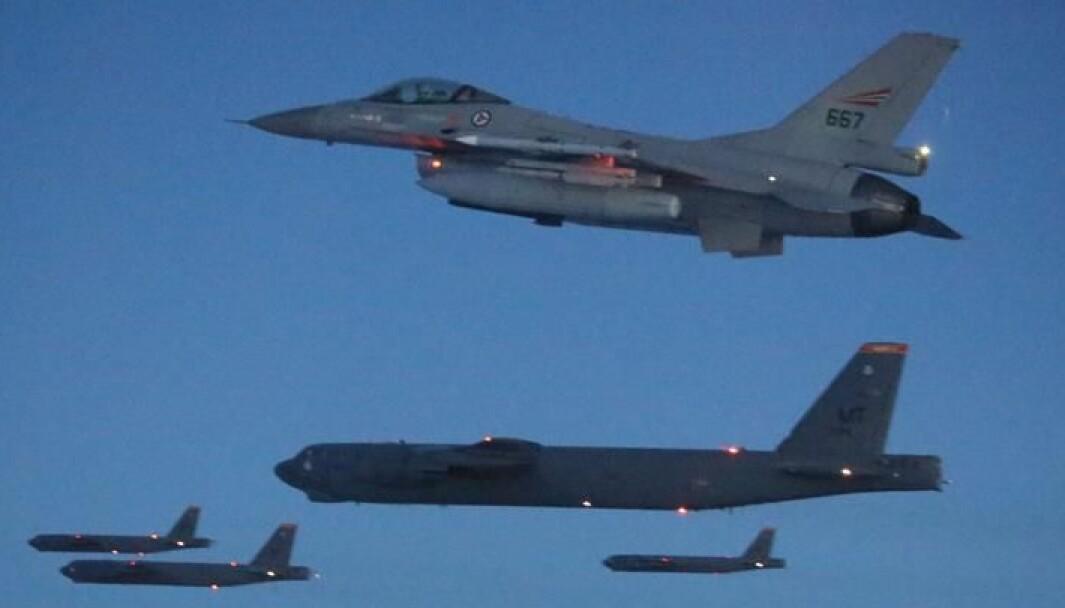 B-52 bombefly sammen med et norsk F-16.