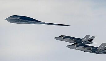Norske F-35 sammen med bombeflyet B-2.