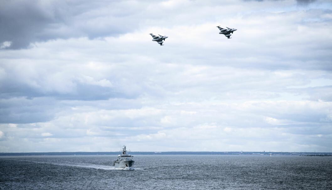 REAGERTE: Et bilde lagt ut av det svenske forsvaret tirsdag viser svenske jagerfly og marinefartøy i Østersjøen. Foto: Antonia Sehlstedt / AP / NTB scanpix
