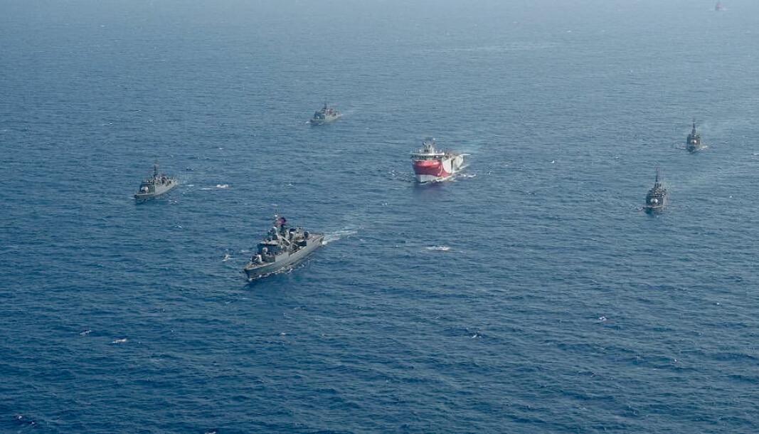 OMSTRIDT LETING: Det tyrkiske fartøyet Oruc Reis (i midten) omringet av tyrkiske marinefartøyer, fotografert vest for Antalya 10. august i år.