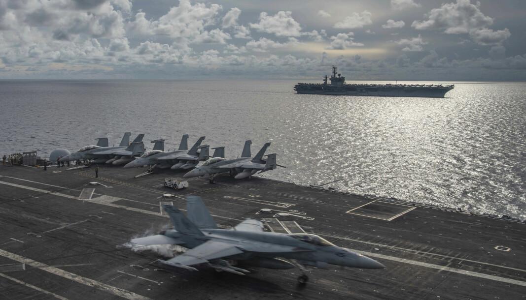 ANSPENT: På dette bildet gitt ut av den amerikanske marinen, ser vi en F/A-18E Super Hornet som lander på dekket til USS Ronald Reagan (CVN 76), mens USS Nimitz (CVN 68) seiler like ved i Sørkinahavet, mandag 6. juli 2020. )