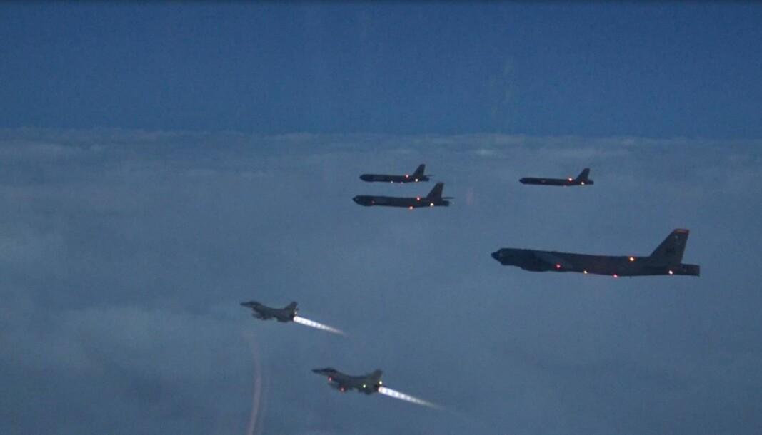 SAMTRENING: Som en del av en større amerikansk trening i Europa trener amerikanske bombefly sammen med norske jagerfly. Både norske F-16 og F-35 deltar.