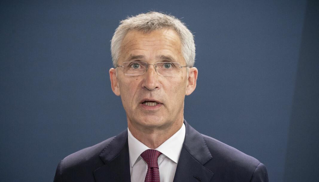 KLAR TALE: Nato-sjef Jens Stoltenberg etter et møte med Tysklands statsminister Angela Merkel i Berlin torsdag.