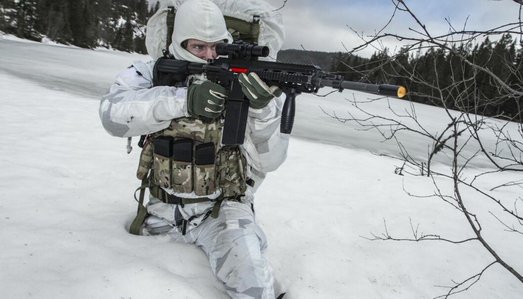 Systemet kan integreres på ulike typer våpen, her med HK416 som brukes av Forsvaret.
