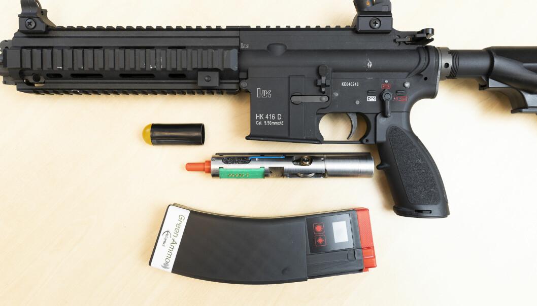 Selskapet Green Ammo i Skien har utviklet en elektronisk løsning som kan erstatte dagens rødplast. Nå skal det testes av Hærens våpenskole.