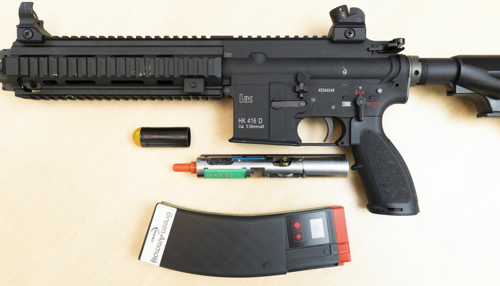 Et elektronisk sluttstykke, magasin og munningsflamme-simulator monteres på våpenet.