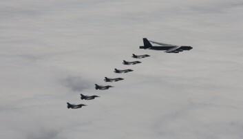 SAMTRENING: Norske kampfly fortsetter å trene sammen med amerikanske bombefly. Fredag trente amerikanske B-52 over alle 30 NATO-land, deriblant over Norge sammen med fire norske F-35.