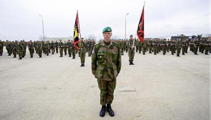 Robert Mood i forbindelse med kontingentskifte i Camp Lebane i Kosovo .