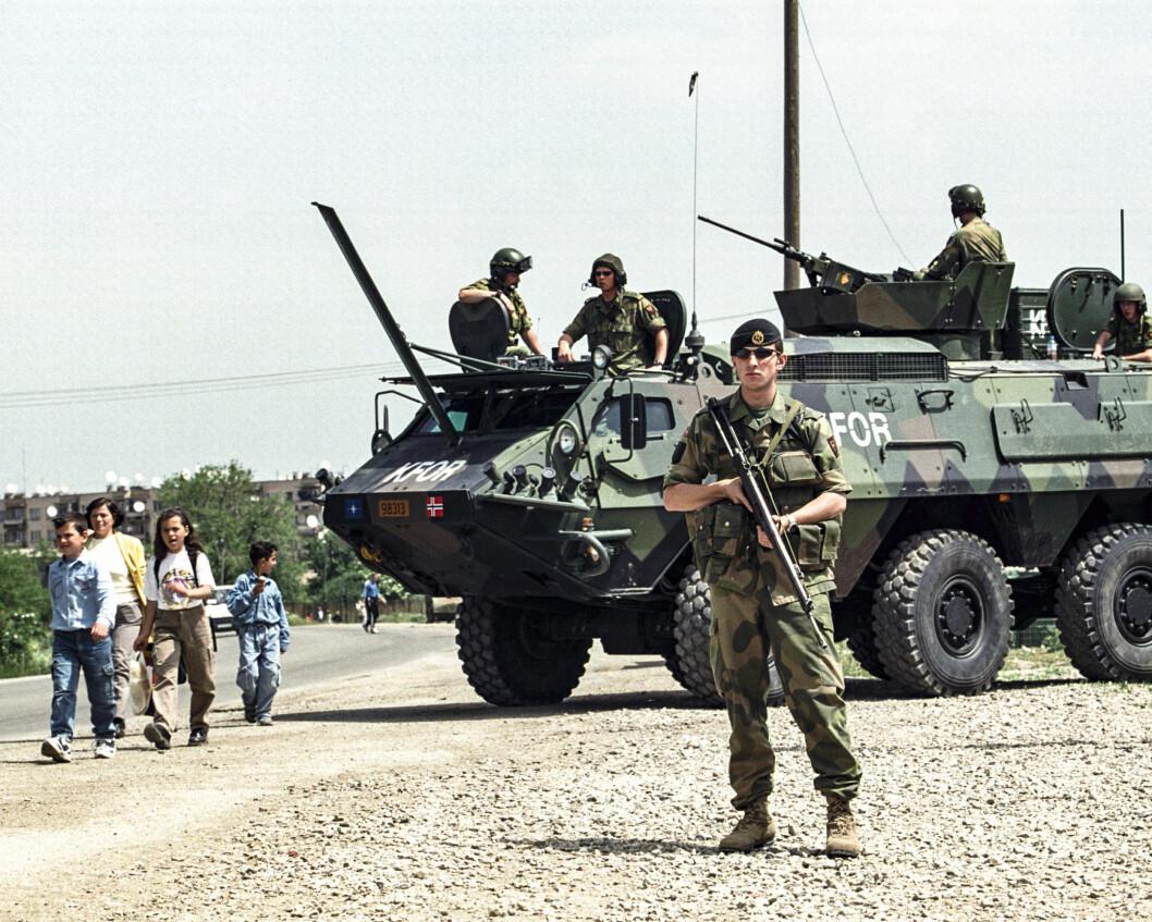 Norske soldater ved et checkpoint i Kosovo.