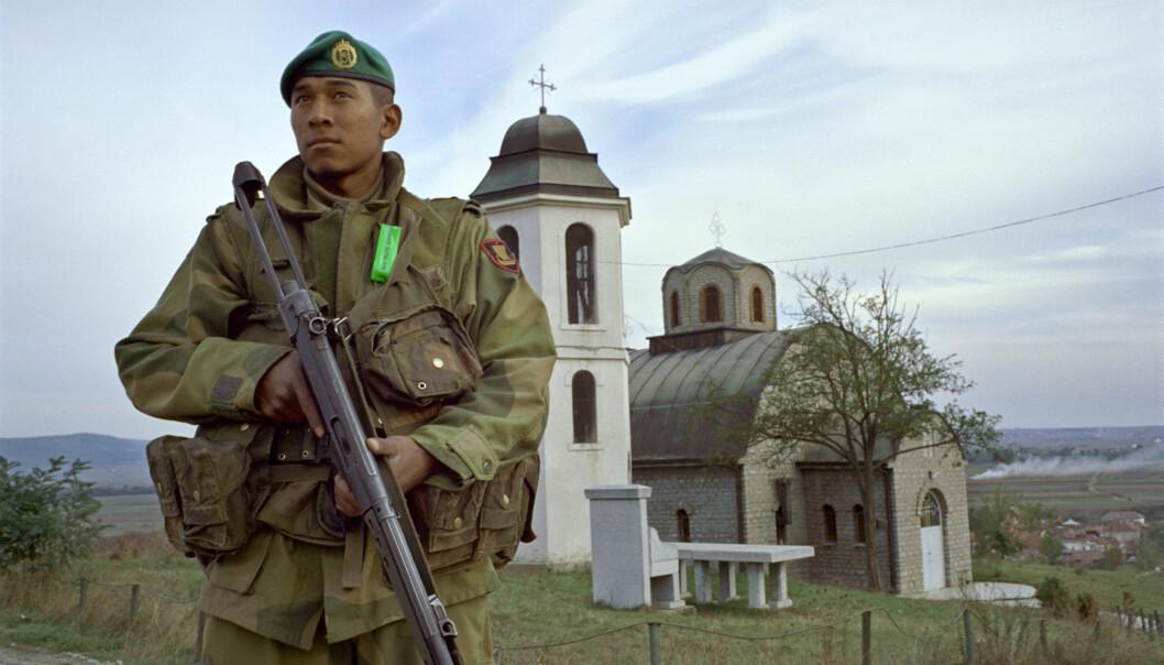 En soldat fra Telemark bataljon holder vakt ved en serbisk kirke i Kosovo.