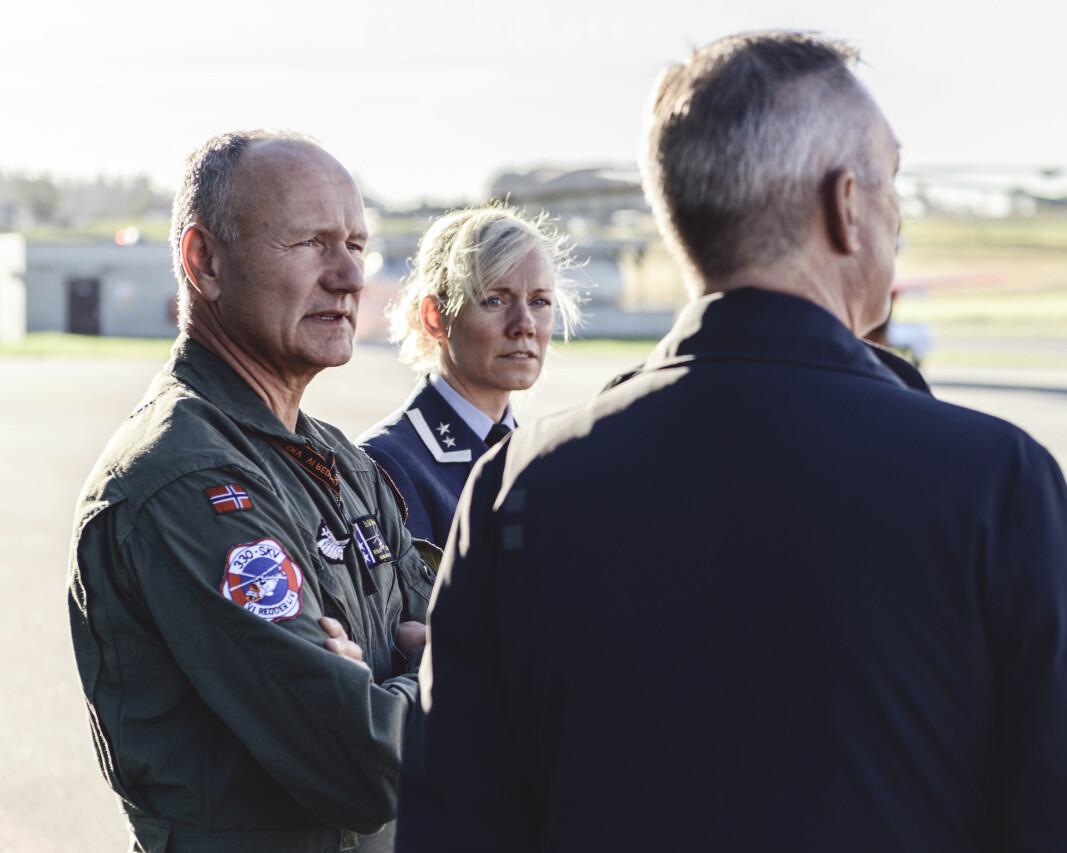 Skvadronsjef Svein Tore Pettersen mener SAR Queen vil bety et stort løft for beredskapen. Her står han sammen med forsvarsminister Frank Bakke-Jensen.