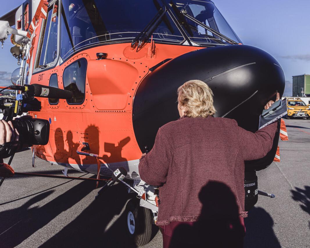 Statsminister Erna Solberg ga det ene helikopteret en god klem under presseseansen.