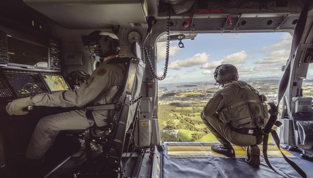 Vår felles sikkerhet er avhengig av at alle aktører snakker sammen – at vi har den samme situasjonsforståelsen, på tvers av sektorer, skriver Monica Mæland og Frank Bakke-Jensen. Her ser vi deler av besetningen om bord Norges nye redningshelikoptre «SAR Queen».