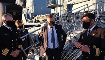 Kommandanten på U36 Rudolph Lenthe (t.h) og forsvarsminister Frank Bakke Jensen (i midten).