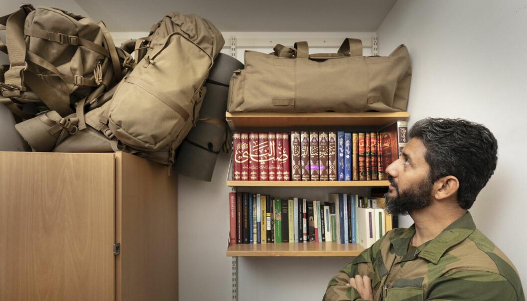 På bokhylla - over de islamske oppslagsverkene - ligger tre stridssekker. Liggeunderlagene er festet.