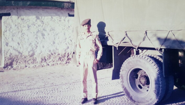 Najeeb Naz i kledd pakistansk luftuniform