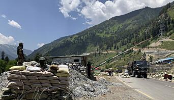 GRENSELAND: Indiske paramilitære holder vakt ved en veisperring i langs hovedveien mellom Srinagar og Ladakh ved Gagangeer 18. juni i år.