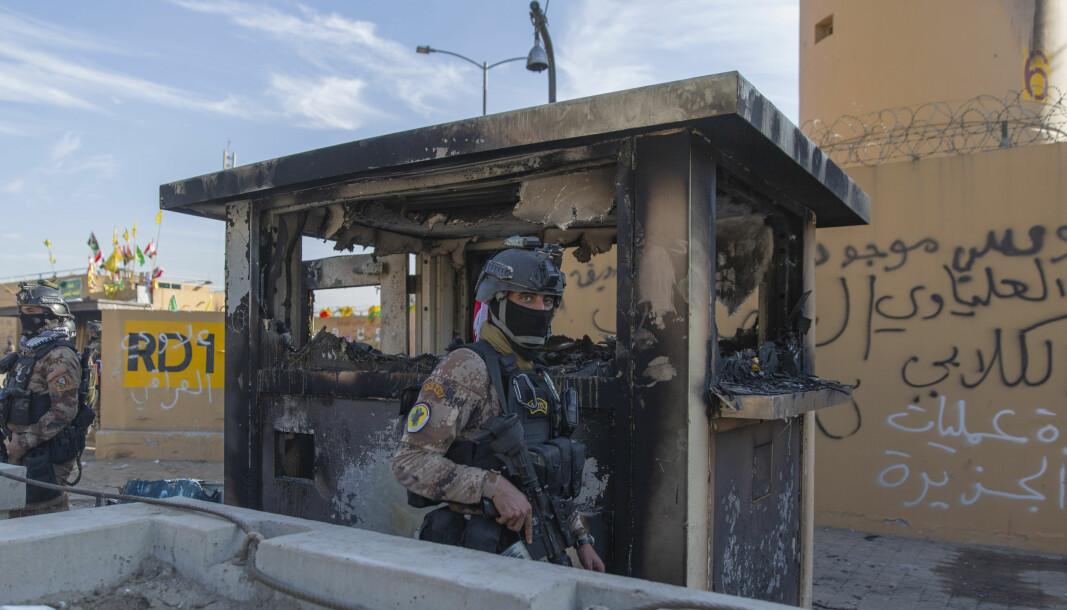 BESKYTTELSE: En irakisk soldat foran den amerikanske ambassaden i Baghdad tidligere i år.