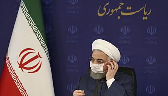 IRAN: President Hassan Rouhani justerer munnbindet.