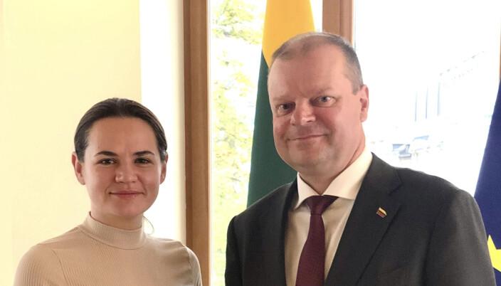 Den hviterussiske opposisjonslederen Svetlana Tikhanovskaja møtte nylig Litauens statsminister Saulius Skvernelis (t.h.). Tirsdag møter Tikhanovskaja etter planen statsminister Erna Solberg (H) i Litauen.