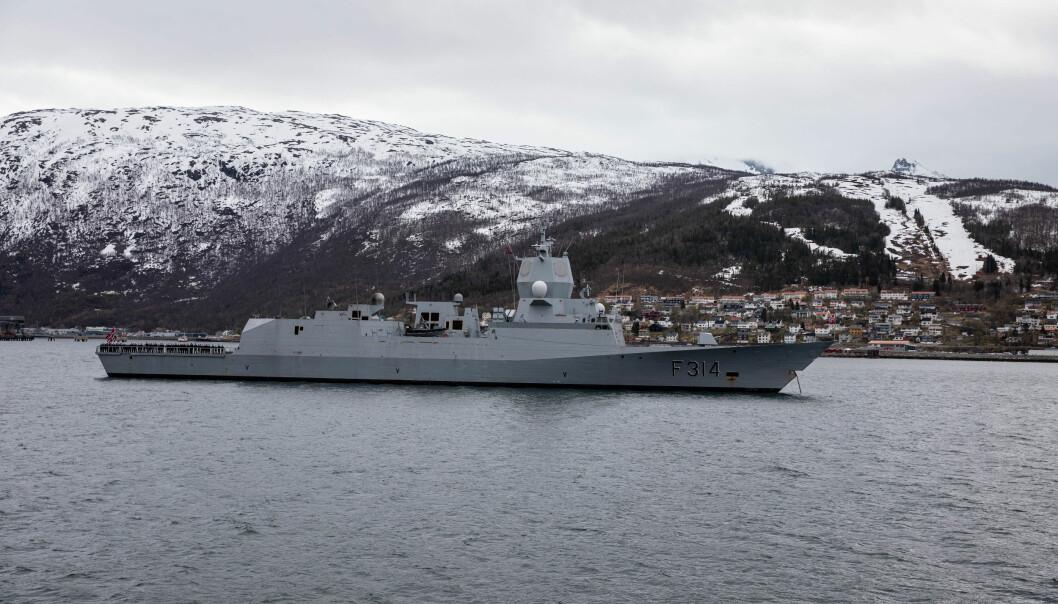 Fregatten KNM Thor Heyerdahl øver i disse dager med briter og amerikanere i Barentshavet.