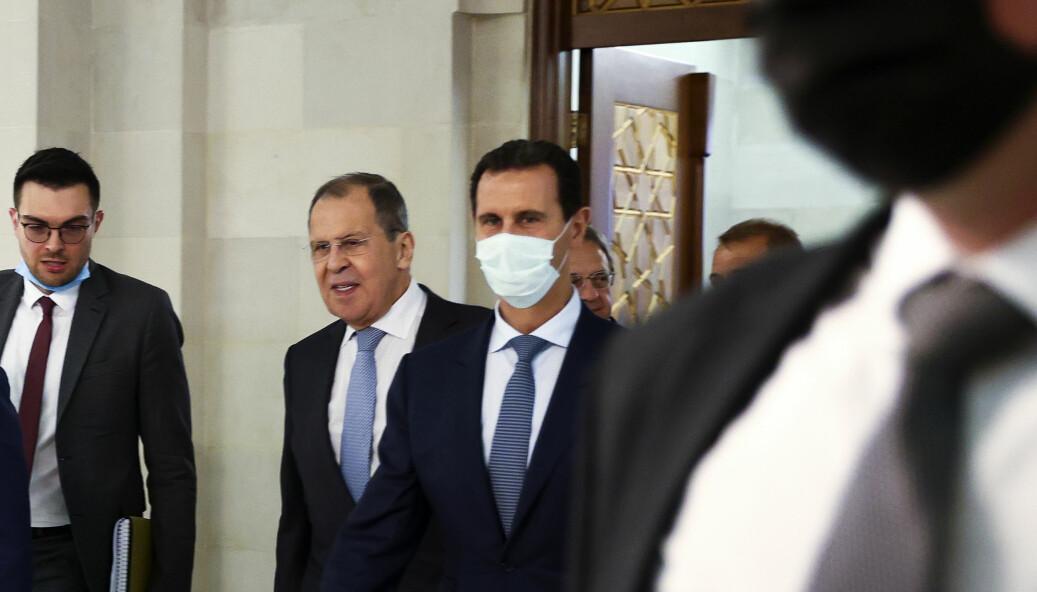 Russlands utenriksminister Sergej Lavrov og den syriske presidenten Bashar al-Assad under førstnevntes besøk i Syria mandag.