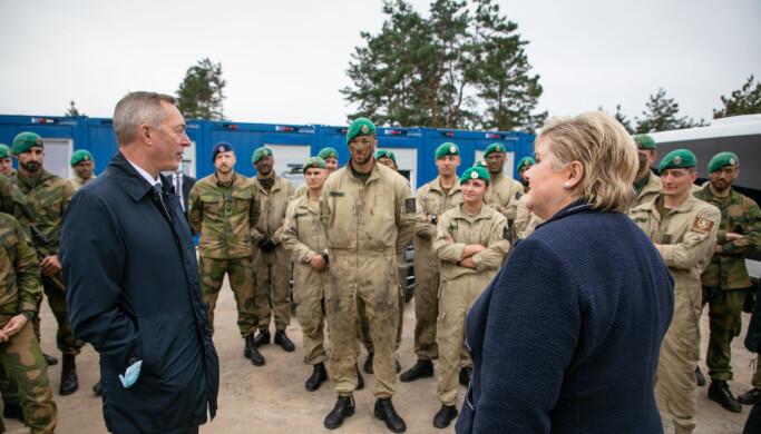 Statsminister Erna Solberg og forsvarsminister Frank Bakke Jensen besøker de Norske styrkene i Litauen.