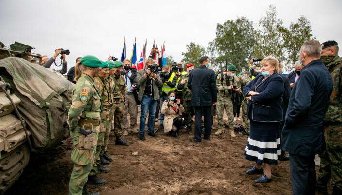 Statsminister Erna Solberg i samtale med personell fra Telemark bataljon.