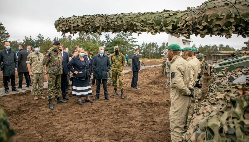 Statsminister Erna Solberg og forsvarsminister Frank Bakke-Jensen på øvingsfeltet i Litauen tirsdag.