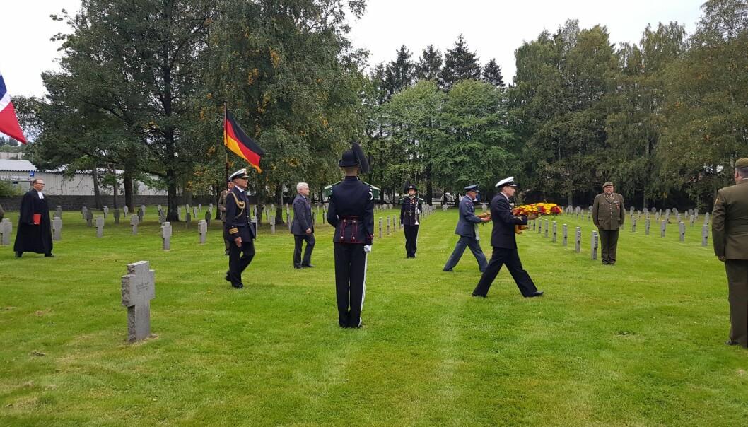 Innmarsj til kransnedleggelsen ved Alfaset krigskirkegård mandag 7. september.