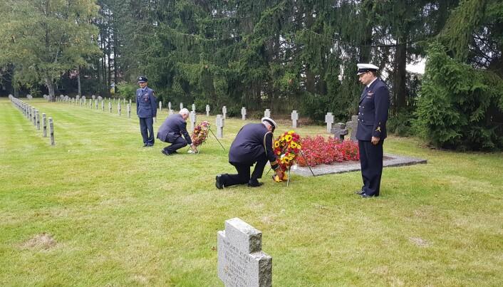 Ambassadør Alfred Grannas (t.v.) og av forsvarsattaché kommandørkaptein Markus Nolte (t.h.) la ned krans.