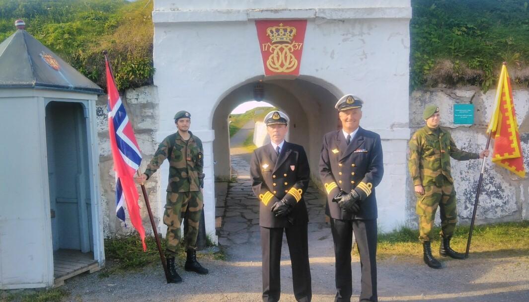 Avtroppende kommandant Odd Inge Haravik (t.v.) og påtroppende kommandant Roger Hoel (t.h.) på Vardøhus festning.