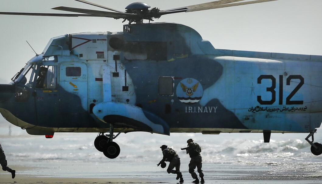 Både luftforsvaret og marinen deltar i den omfattende militærøvelsen i Omanbukta.