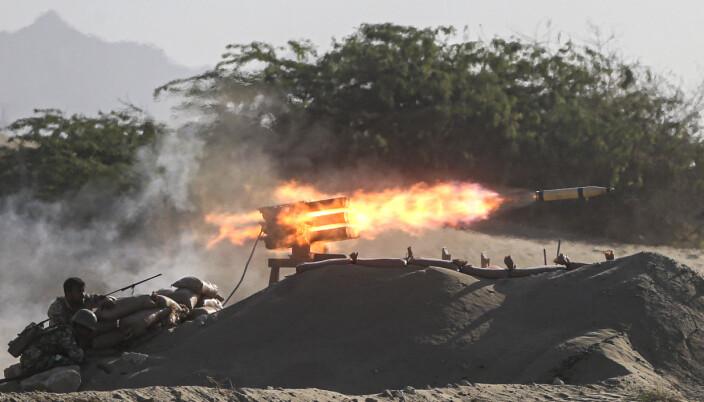 Bakkestyrker avfyrer et missil nær Hormuzstredet i Iran under militærøvelsen torsdag.