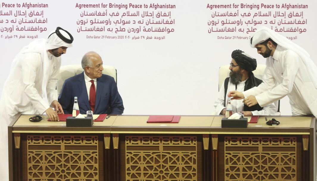 USAs utsendte, Zalmay Khalilzad, til venstre, og Talibans representant, Mullah Abdul Ghani Baradar avbildet sammen i Doha i februar i år. Lørdag møtes partene til nye fredsforhandlinger.