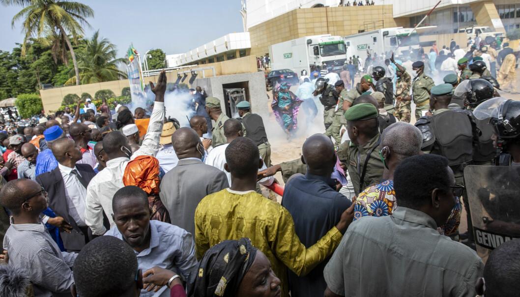 Tåregass utløses i en folkemengde som samlet seg i Bamako i forbindelse med diskusjoner om landets fremtidige politiske organisering etter militærkuppet i august. Bildet er datert 10. september.
