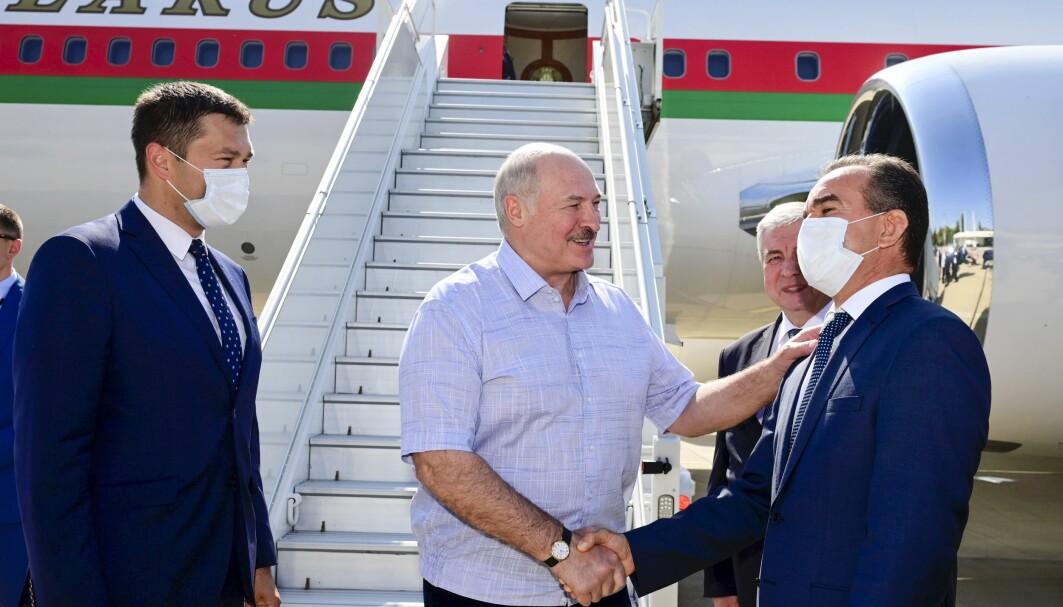 Hviterusslands president Aleksandr Lukasjenko smilte og virket opplagt da han mandag ankom Sotsji for samtaler med Russlands president Vladimir Putin.