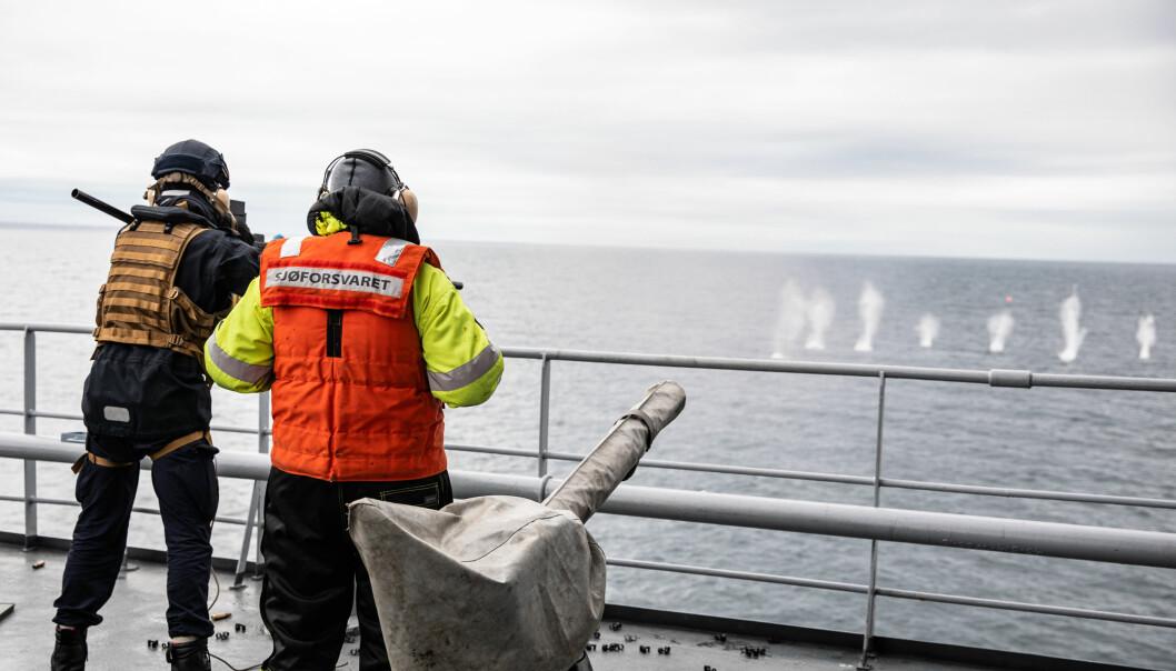 Sjøforsvarets personell i arbeid på KV Harstad. Sjøforsvarets personell yter på topp i en viss alder. Derfor mener forsvarsgrenen at det kan bli krevende om særaldersgrensen forsvinner.