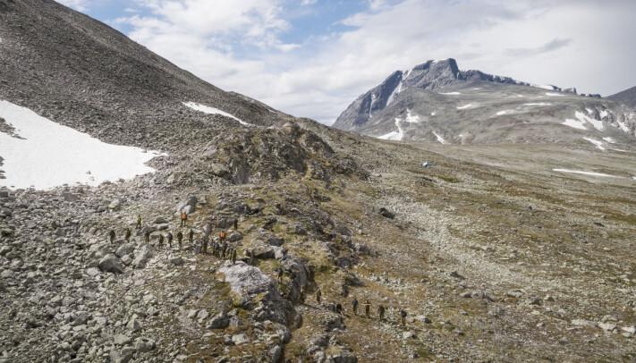 Soldater går manngard i det tidligere skytefeltet.