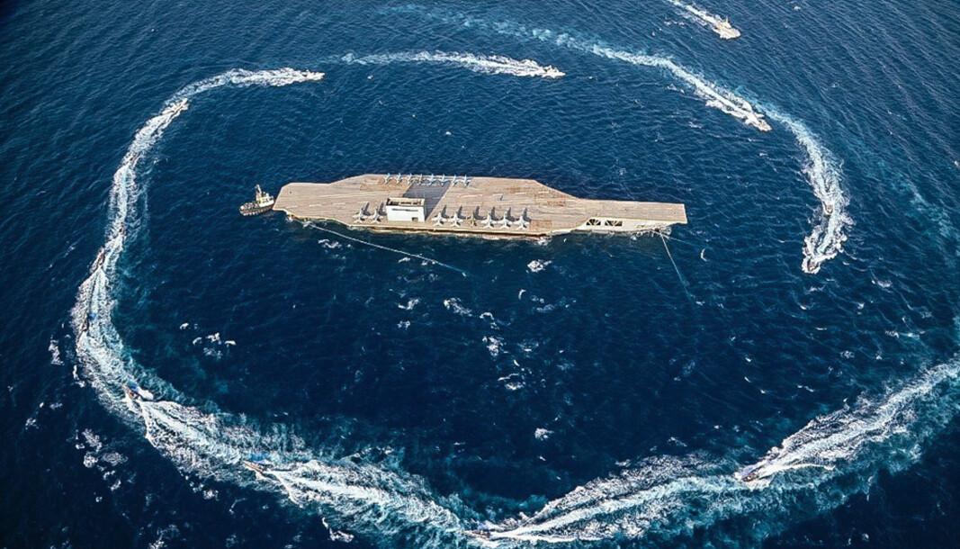 Bruken av militærmakt er politisk. Da er god etterretning gull verdt, skriver Janne Haaland Matlary. Her ser vi den iranske kystvakten under øvelse der de sirkler rundt en replika av et hangarskip.
