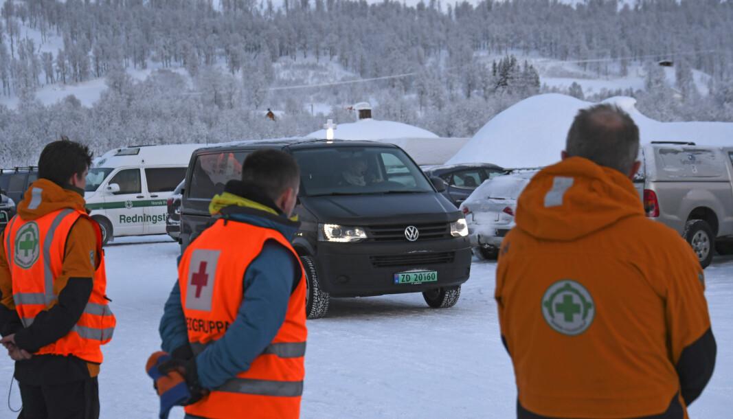 Norsk Folkehjelp Midt-Troms er tildelt prispenger som følge av deres arbeid i forbindelse med skredsøk. Her ser vi representanter for Norsk Folkehjelp og Røde Kors ved en tidligere skredulykke.