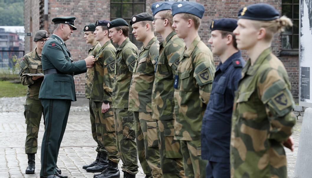 Soldater ved Forsvarets fellestjenester mottar vernedyktighetsmedaljen fra oberstløytnant Rune Karlsen under dimisjon ved Akershus festning i juni i år.