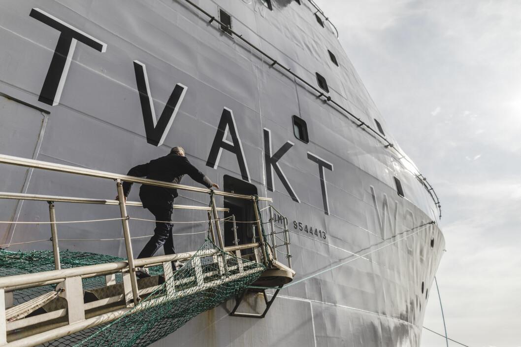 Det er mange trapper på KV Bison. Forsvarsminister Frank Bakke-Jensen jobber seg oppover landgangen.