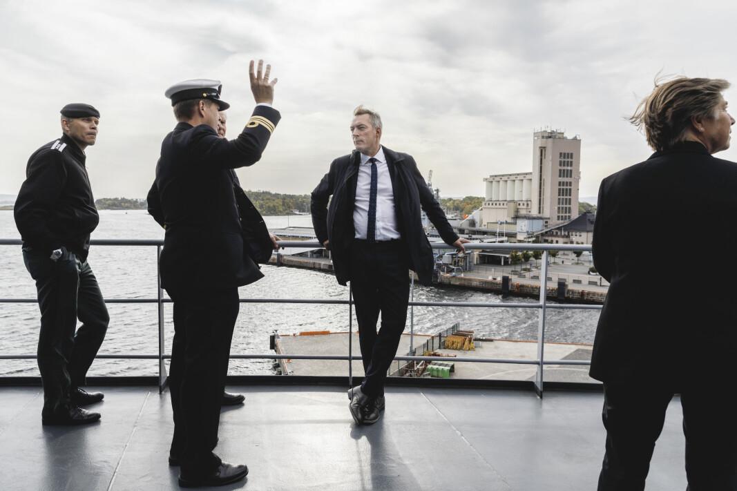 Forsvarsminister Frank Bakke-Jensen får et innblikk i arbeidsoppgavene på broen på KV Bison.