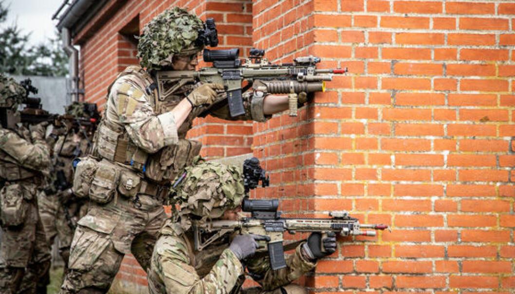 Soldater fra Jydske Dragonregiment trener før øvelse Brave Lion.