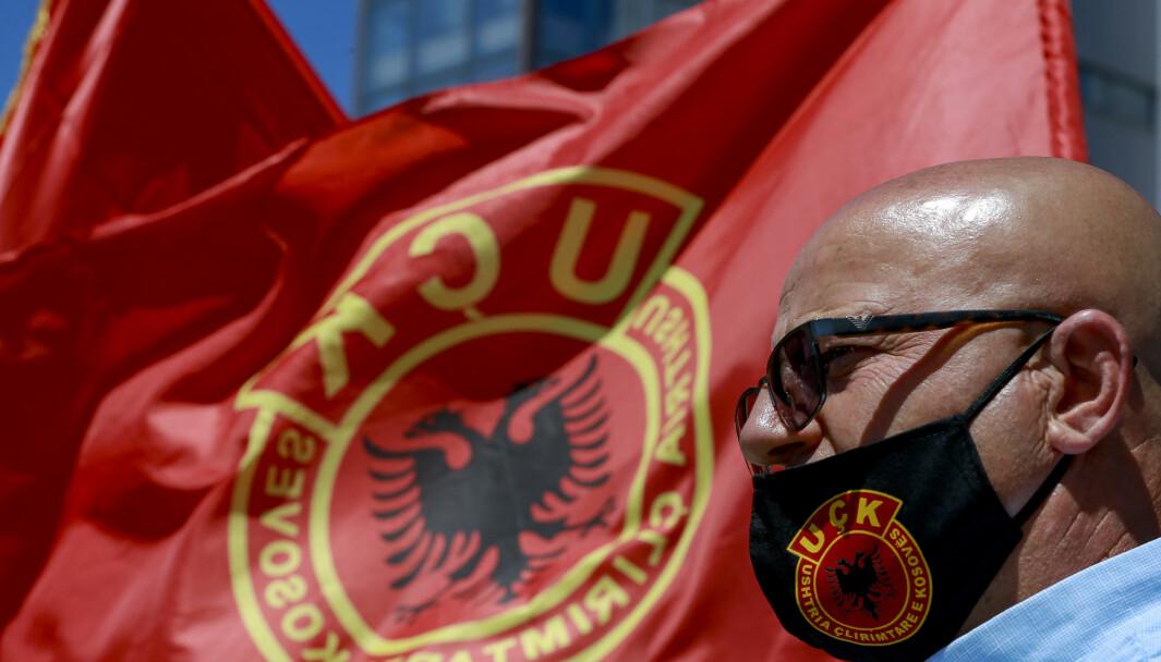 En krigsveteran fra det som tidligere ble kalt for Kosovos frigjøringshær (UCK) deltar i en demonstrasjon i Pristina, Kosovo i juli 2020. Demonstrasjonene kom som følge av at Kosovos president, også tidligere medlem av UCK, ble tiltalt av en domstol som etterforsker mulige krigsforbrytelser.