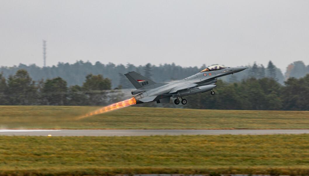 Jagerflyet F-16 gjør en takeoff under øvelsen Falcon Response 2020 på Luftforsvarets base Rygge.