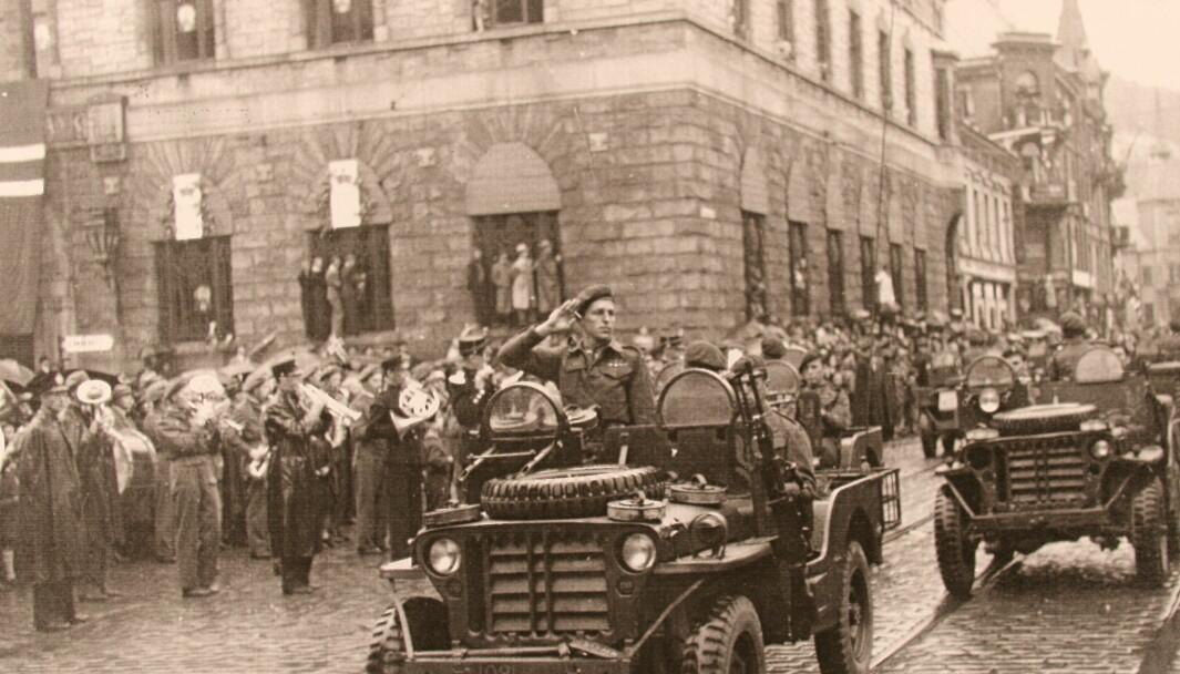 SAS førte mange vågale raid frå Sahara til kontinentet, og med sine Jeepar skapa dei frykt hos fienden. I Bergen blei det derimot fleire riper i lakken sommaren 1945.