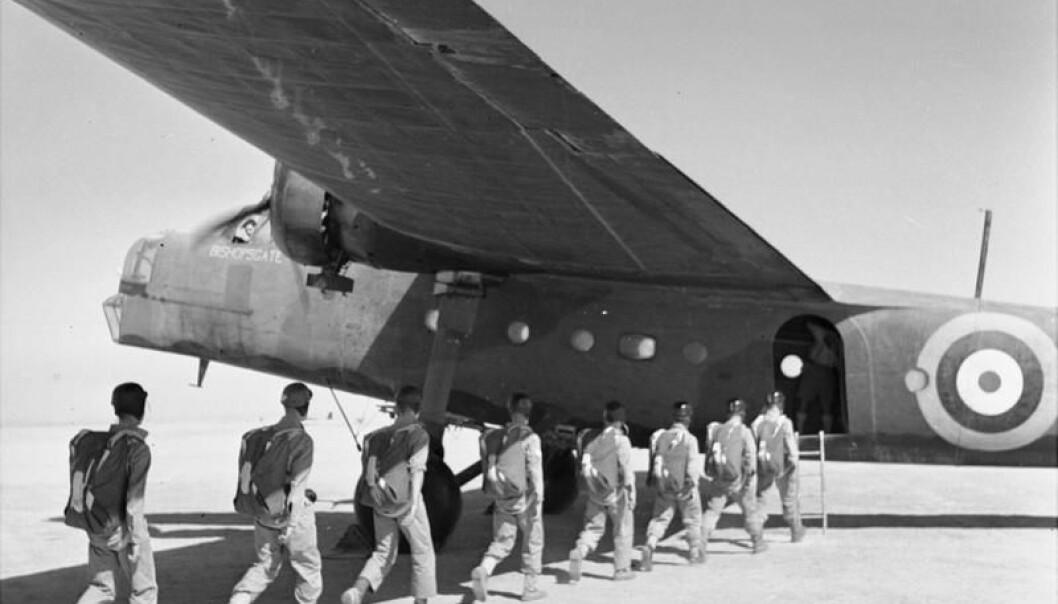 Soldatar frå Special Air Service gjør seg klare til eit fallskjermhopp under trening i Egypt.